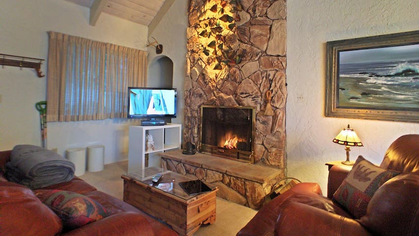Real fireplace and wonderful furniture, newly renovated cabin.