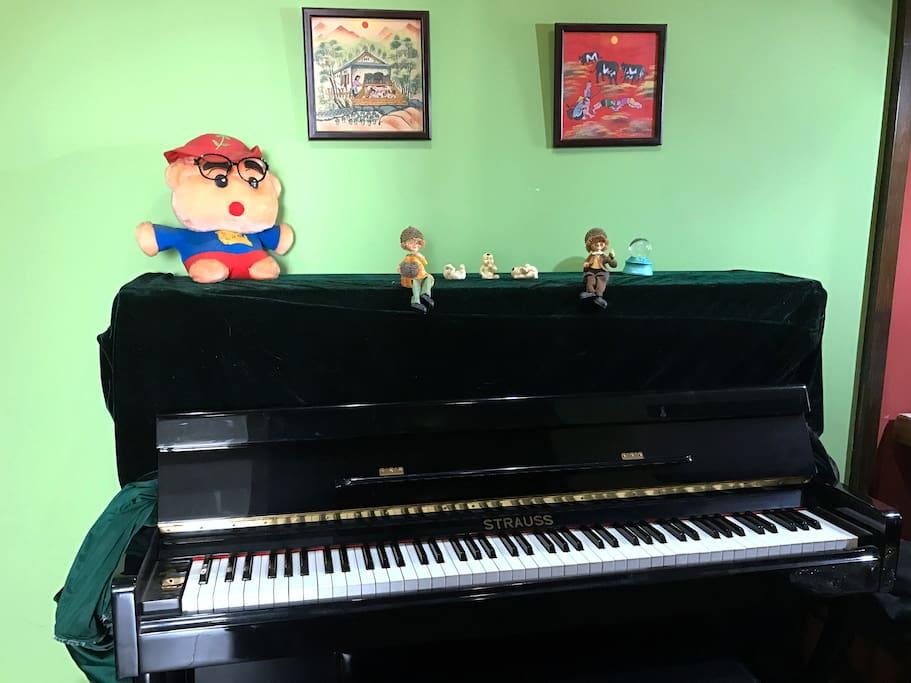 客厅里有钢琴,有兴趣的可以弹上一曲……