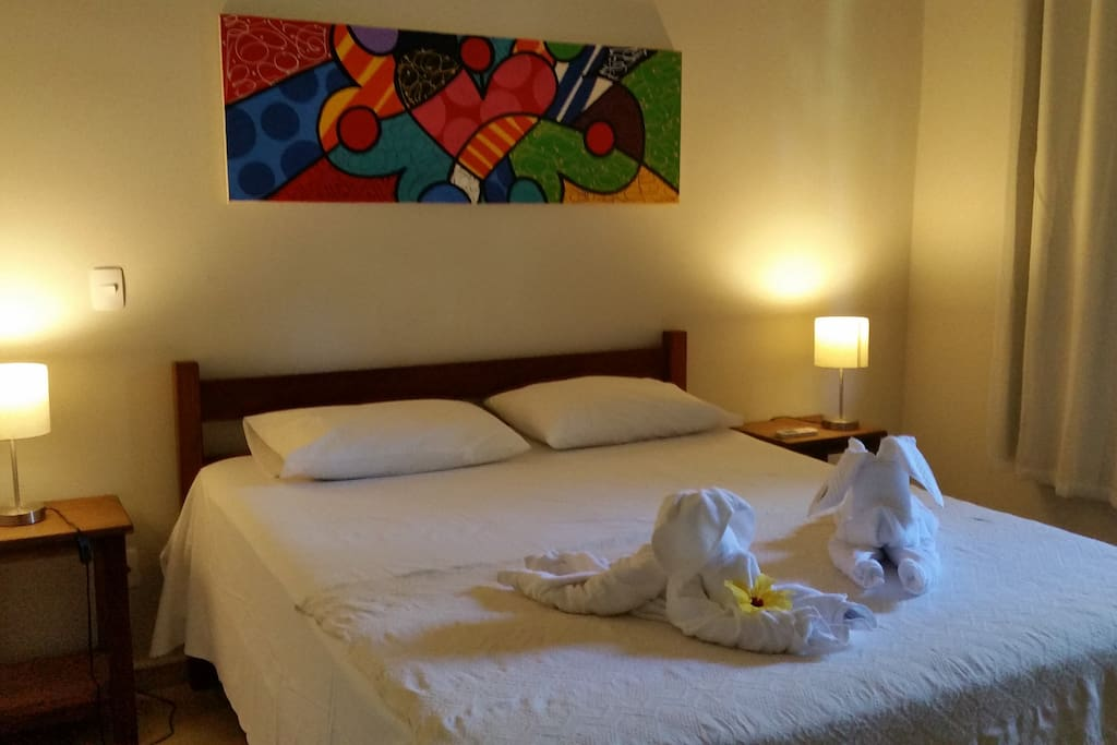 Quarto em suite com cama casal AC e vista para a piscina