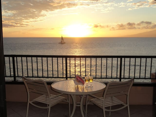 Amazing Sunsets~Direct Oceanfront Kaanapali Beach
