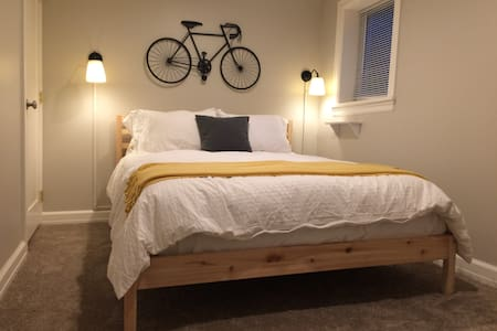 Comfy Lower Level Bungalow With Private Entrance - Portland - Apartment