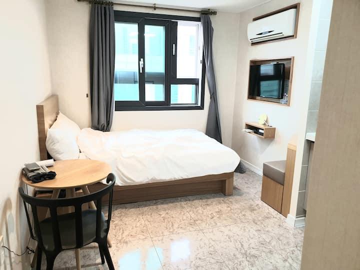 대전둔산동 시청역 옆 호텔이고 요리기구등이 있으며 전자레인지 냉장고 세탁기 wifi등 구비