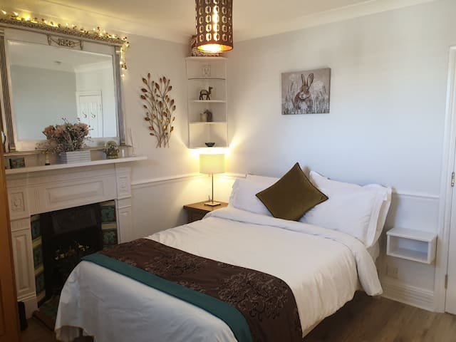 Beautiful double room in Edwardian home in Ealing.