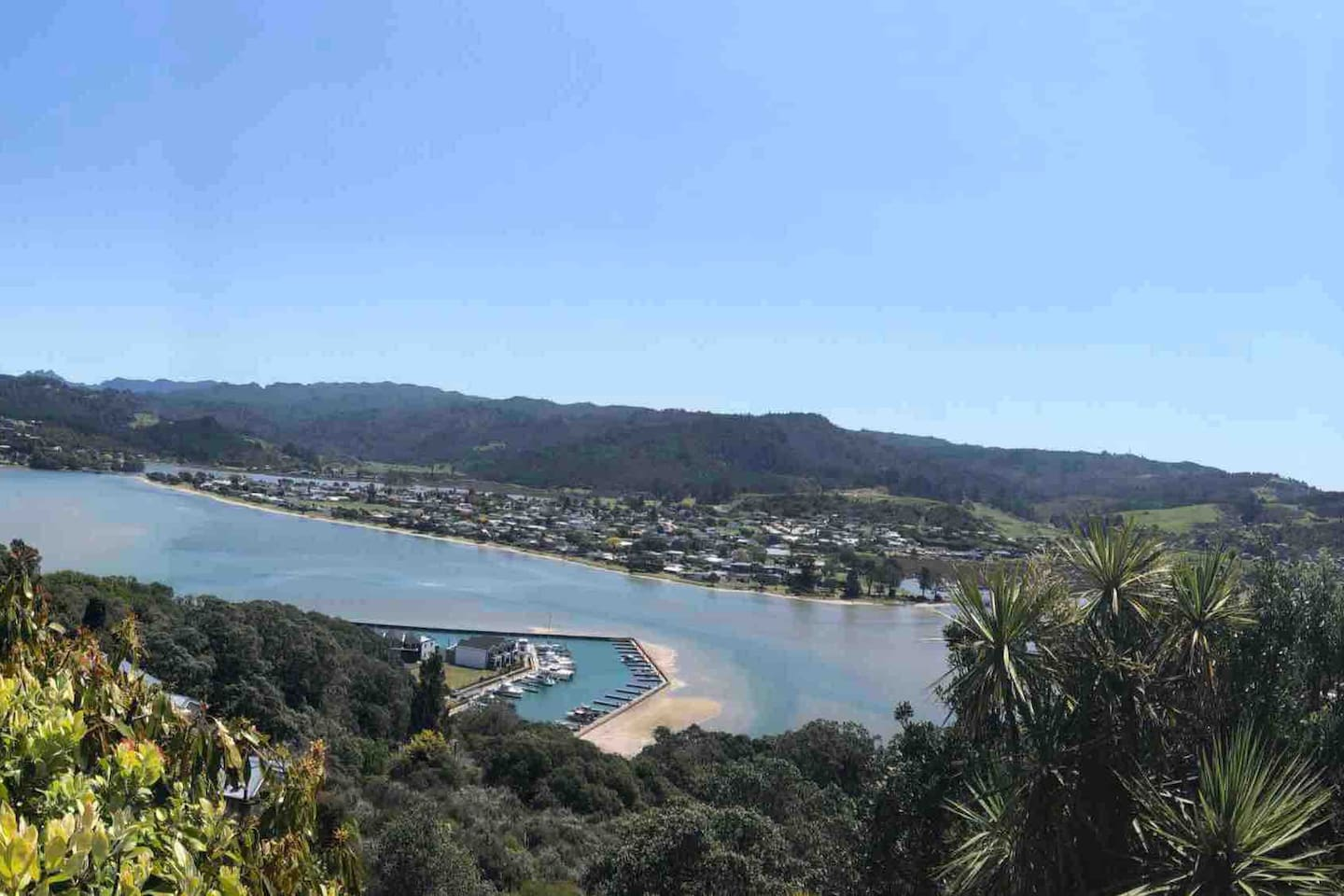 Bach with views to marina, estuary, beach and pinnacle hills.