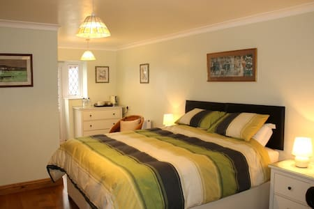 Very large ensuite room with superking bed+parking - Swindon - Haus