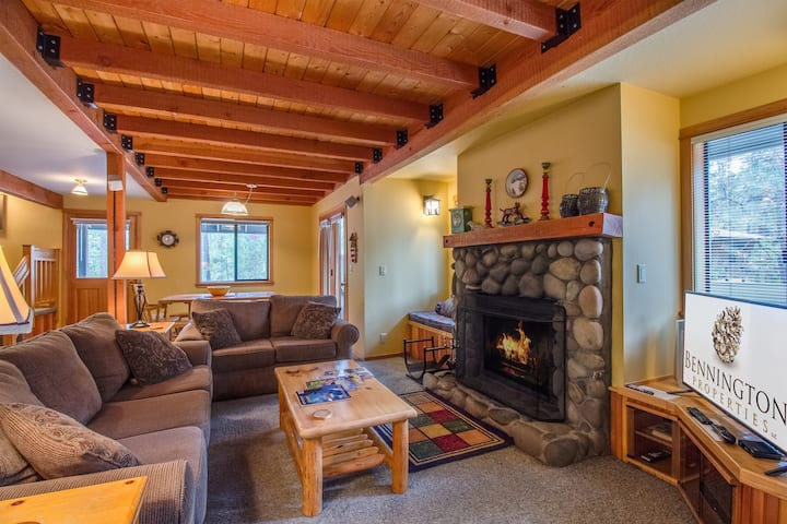 Cozy Cabin w/Wood Fireplace, Hot Tub, Gas BBQ, Bikes, Fort Rock Park - EBUT11| Sleeps: 3 Bedroom, 2 Bathroom
