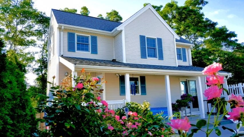 FULL BED / private bath / HOT TUB Rose Cottage - Provincetown - Dům