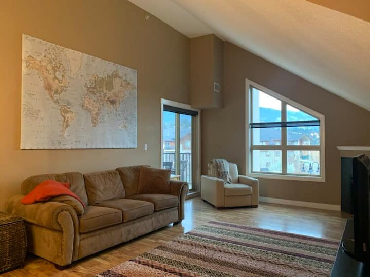 Top Floor 2 Bedroom Condo with Mountain Views