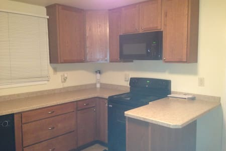 One bedroom (West) in cozy Bismarck duplex. - Bismarck - Maison