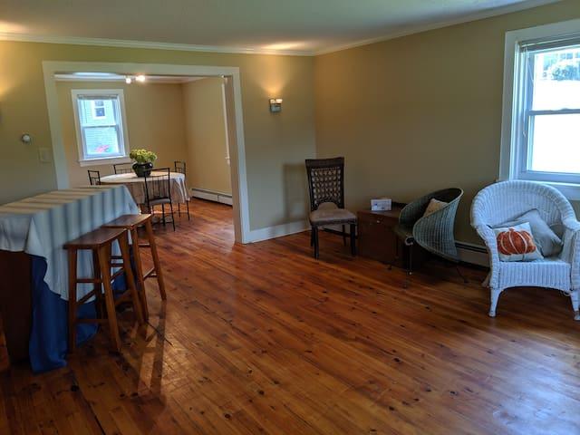 Farmhouse Airbnb 4 miles to Penn State