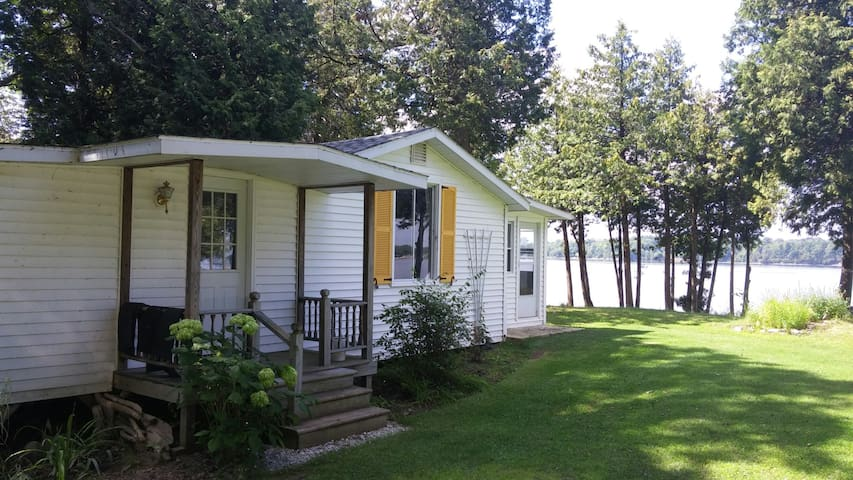Lake Champlain cottage - Water front