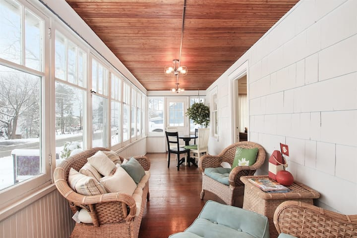 Downtown Cottage: Spacious downtown Saugatuck Cottage with an Amazing Front Porch