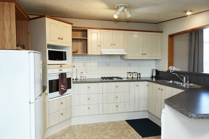 Four-Bedroom Holiday Home at Admiral Court Motel