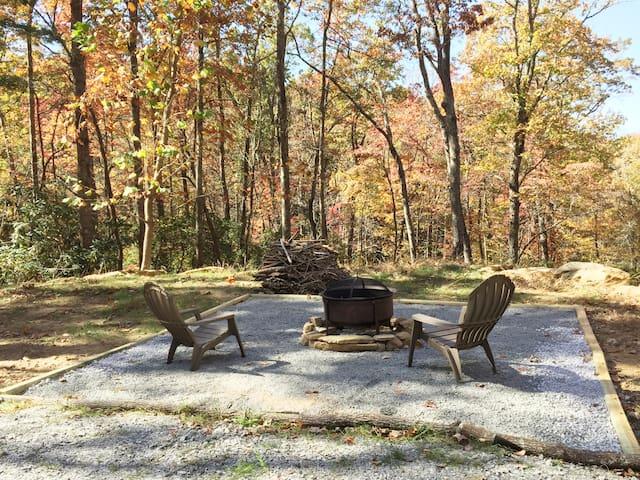 Whispering Trees Loft, private, in Hendersonville