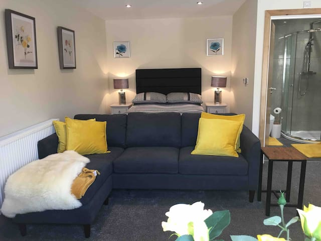 Cosy living room with bedroom at the back