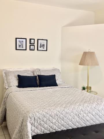 Habitación con cama matrimonial, aire acondicionado, closet y maletero.
