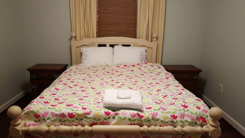 Peaceful Rest Queen Bed, Lexington - Lexington - Ev
