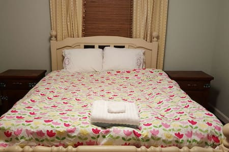 Peaceful Rest Queen Bed, Lexington - Lexington - Rumah