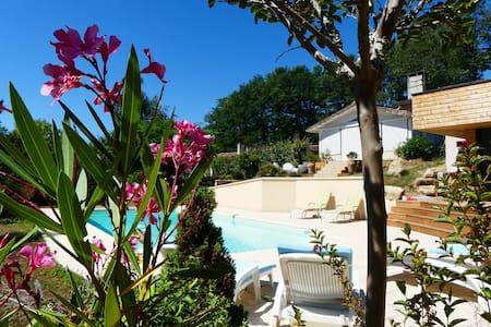 Chambre calme 15 kms de Bordeaux (piscine et wifi) - Latresne - Dům