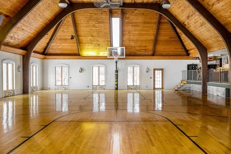 16,000sqft LUX MANSION SLEEPS 40. GYMNASIUM