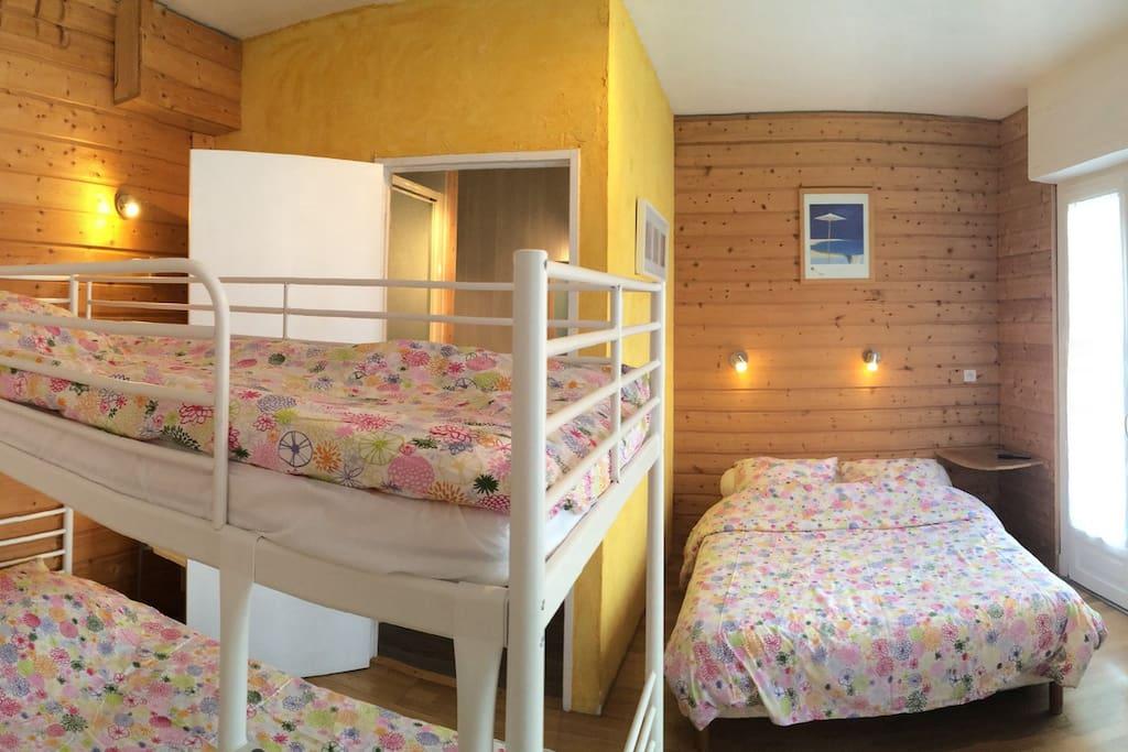 chambre de charme chambres d 39 h tes louer luz saint. Black Bedroom Furniture Sets. Home Design Ideas