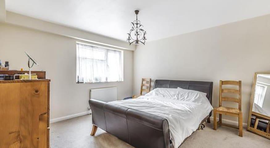 Quiet spacious bedroom