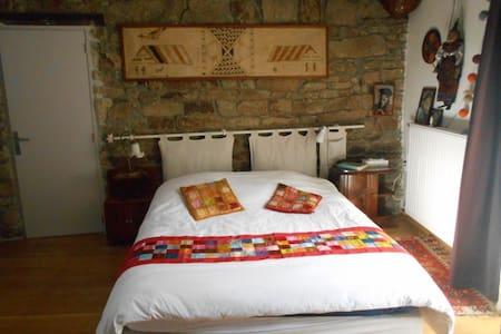 Grande chambre sur jardin dans maison de caractére - Malville