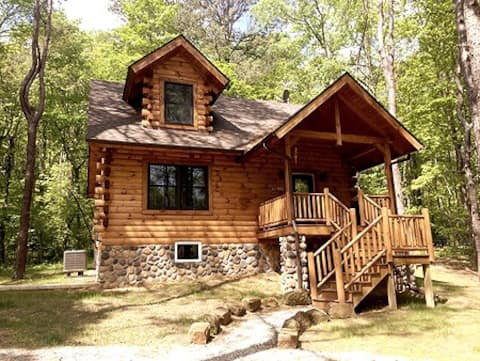 Secluded Hocking Hills Log Cabin Retreat