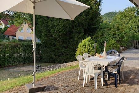 Große Ferienwohnung mit Terrasse und Garten