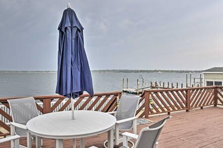 Home w/2 Kayaks, Deck & Views on Narragansett Bay!