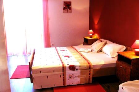 Red  Apartment - Sućuraj - Wohnung
