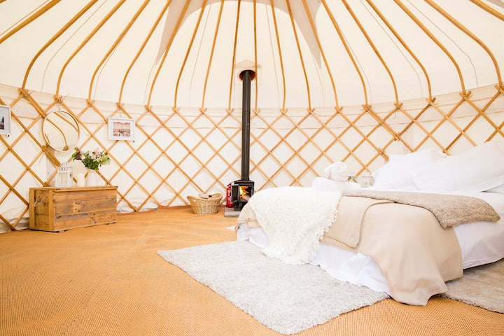 Noss Mayo Yurt, meadow glamping with rural view