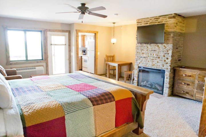 Deluxe Studio with Kitchen & Fireplace!