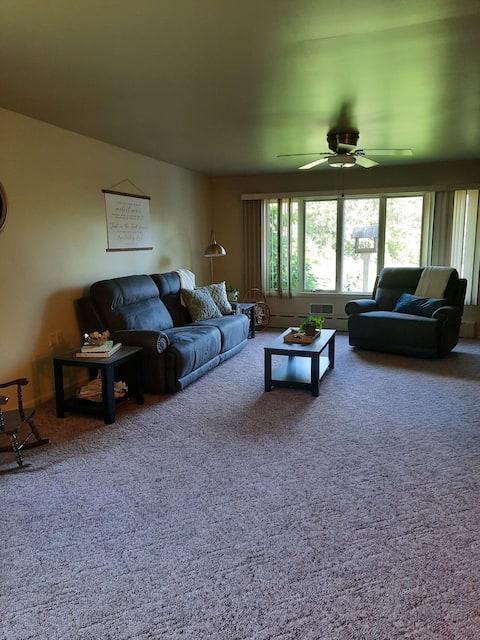 Hilltop Retreat in Scenic Lykins Valley