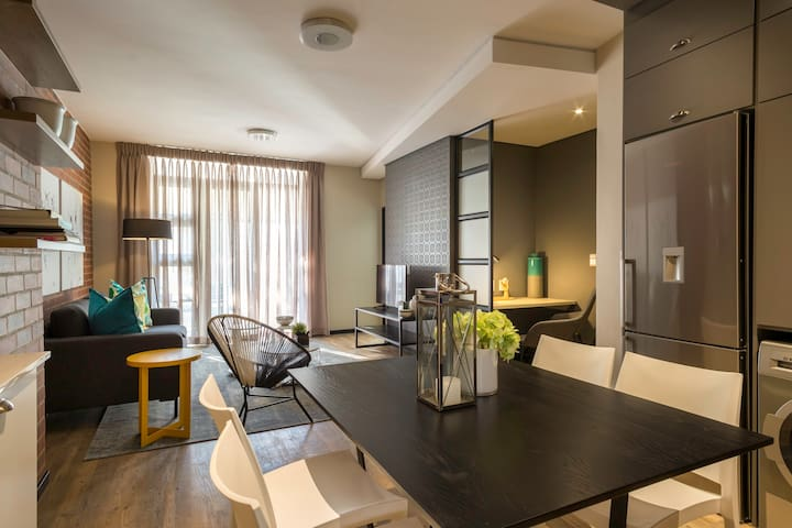 The Vantage - Two Bed New York Style Apartment, Fully Serviced, Across from Rosebank Mall