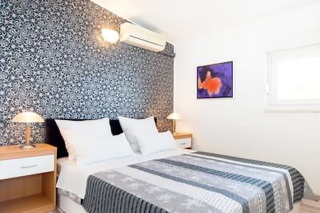 Apartments Bibi - No. 1 - directly at the beach! - Podstrana
