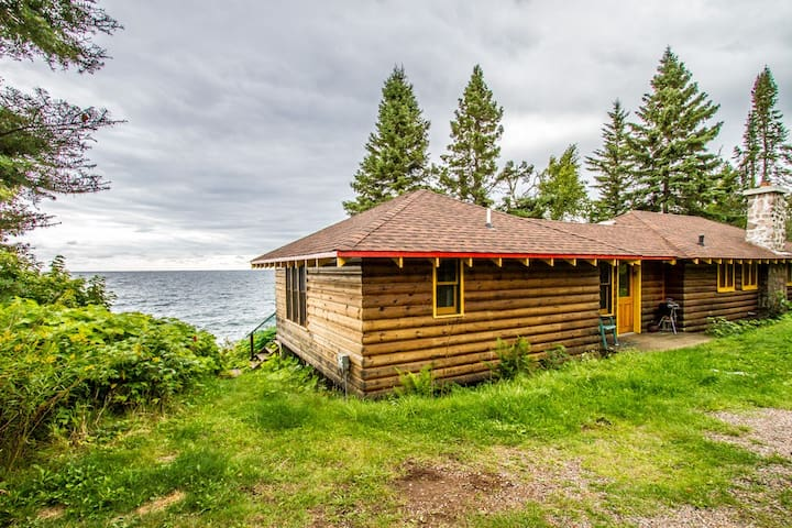 Table Rock is a quaint log cabin a stones throw from the shore of Lake Superior.