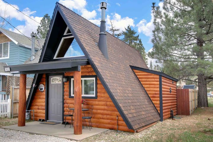 Unique and Modern A-Frame-  6 blocks to SnowPlay