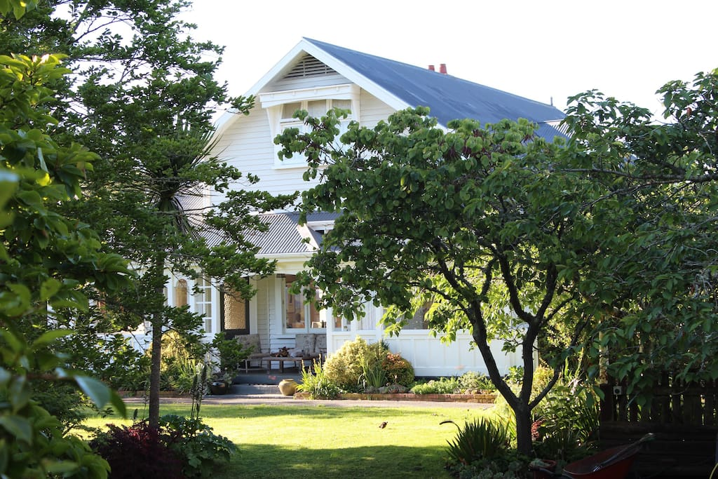Browns Boutique BnB is in the heritage heart of Whanganui, sitting on top of the College St rise looking north across the city to Mt Ruapehu and west to the setting sun. This gracious home built in 1910/11 has a private courtyard off your room, nestled amongst established gardens.