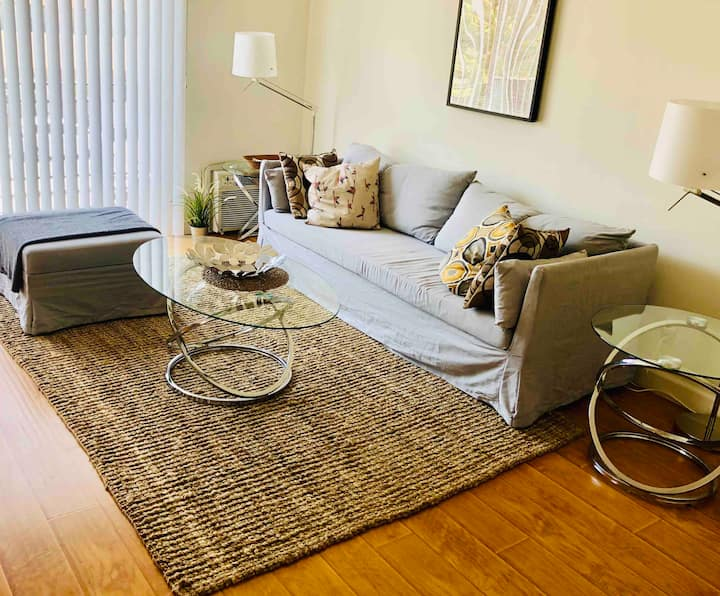 Bright 1 Bedroom with Parking. West Hollywood.