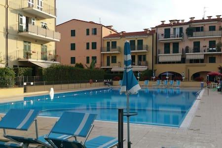 Appartamento con giardino in Residence con piscina - Wohnung