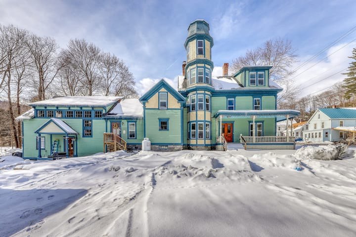 Elegant Victorian recently updated with free WiFi/ deck/ fireplace - Near Okemo
