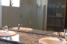 Grande salle de bain.