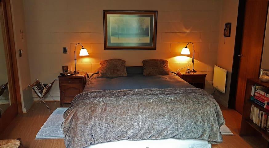 Dormitorio principal c/baño en suite (cama queen 160 x 200)