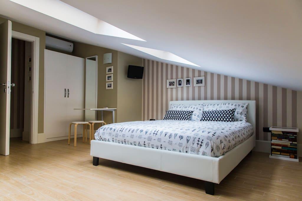 Un piccolo monolocale in mansarda con tutto ciò che serve per un soggiorno piacevole ed autonomo