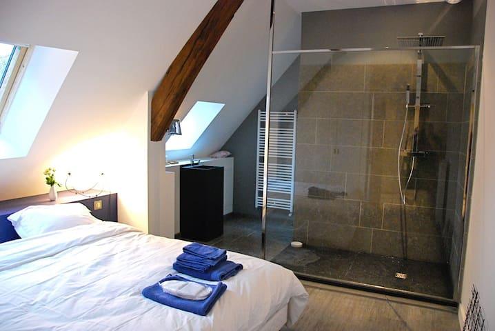 chambre 1. bedroom 1