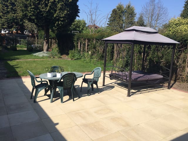 Superb Three bed semi single room - Shirley