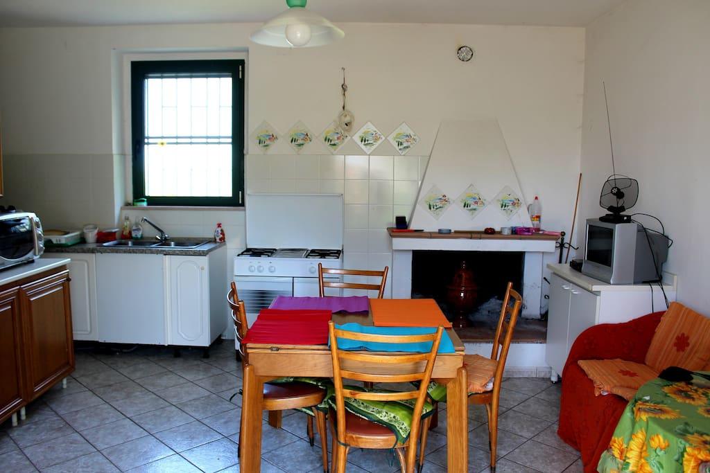La cucina con caminetto. Il tavolo è estensibile per 6 posti comodi. Si può utilizzare anche l'altro tavolo rotondo