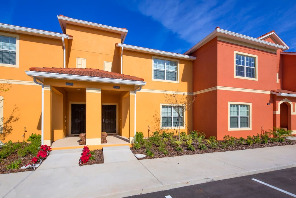 Stay at this fabulous 4 bedroom town home in Paradise Palms and you'll be just a short drive to all the theme parks and attractions of Orlando.