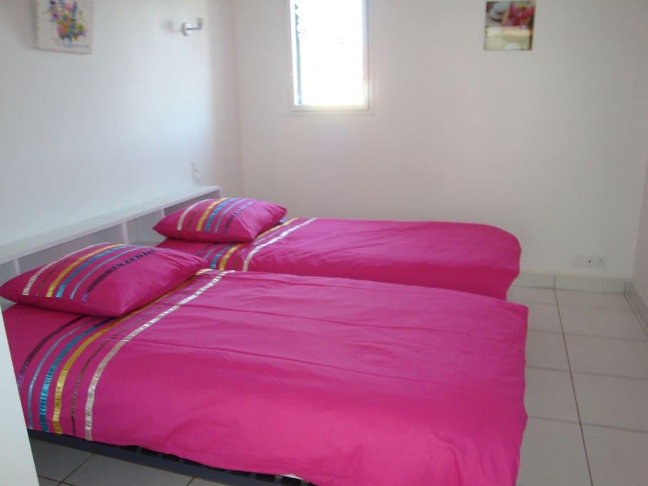 Une chambre avec deux lits de 90.
